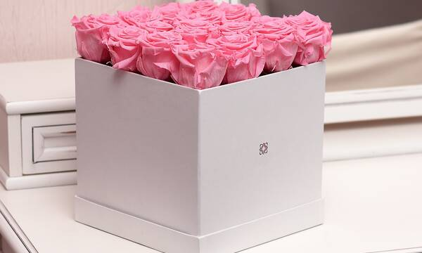 pink rose flower in box on brown wooden desk with mirror - Andrea Hurt Friseure – Gutschein-Shop